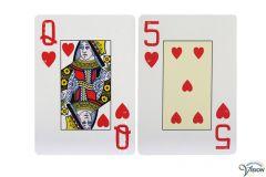 Speelkaarten met Engelse braille-aanduidingen en grote cijfers en letters.